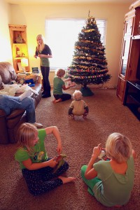 512px-Children_in_Family_Room_with_New_Holiday_Christmas_Tree_-_Photo_by_D._Sharon_Pruitt