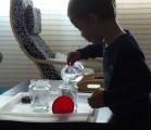 Aunque parezca que no hacen nada, los niños están constantemente absorbidos por unas tareas muy importantes.